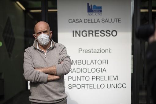 Il direttore Asl Massimo Veglio di fronte all'ex San Lazzaro, ora Casa della Salute (Ph. Barbara Guazzone)