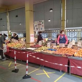 Le misure per mantenere la sicurezza al mercato di piazza Seminario a Cuneo