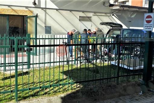 Il trasporto del feretro nel Centro islamico di corso Gramsci