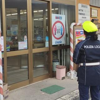 """I controlli della polizia locale all'esterno dell'""""Ok Market"""" di Priola"""