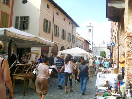Il mercatino dell'antiquariato di Cherasco in un'immagine d'archivio