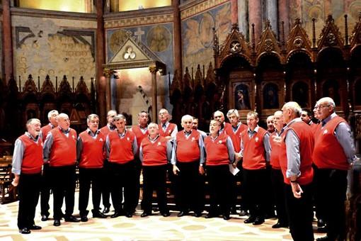 Il Coro Stella Alpina in una passata esibizione (da Facebook)