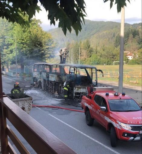 Il pullman distrutto dalle fiamme sul Colle di Nava