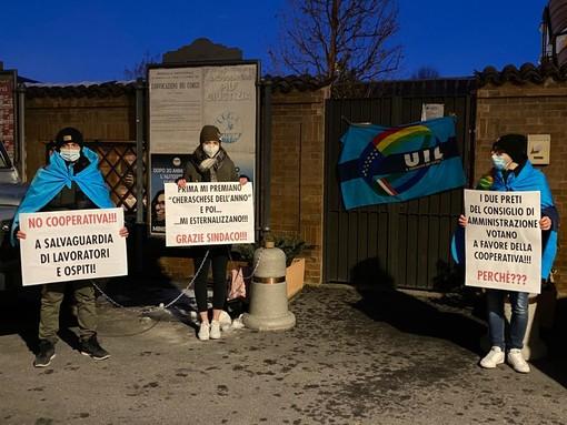 La protesta dei tre dipendenti di fronte all'ingresso della struttura, lo scorso 28 gennaio