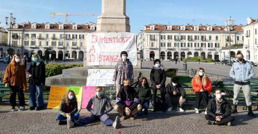Studenti in Dad in piazza Galimberrti a Cuneo
