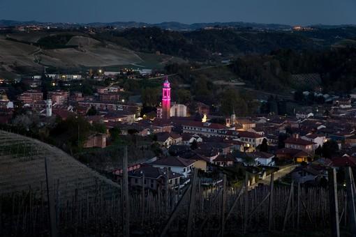 Egea illumina di rosa il campanile di Canale e dà il via ai festeggiamenti per il passaggio del Giro d'Italia