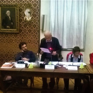 """Il gruppo consigliare """"Cuneo per i Beni Comuni"""" e (a sinistra) Maria-Luisa Martello"""