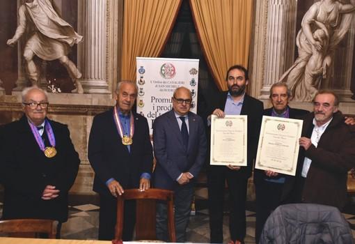 Il gran maestro dell'Ordine roerino Carlo Rista premia la Cantina Produttori di Govone e alla Enrico Serafino di Canale