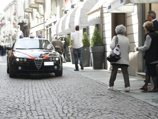 Alba, ladro improvvisato spacca vetrina in via Maestra e fugge con bottino di smartphone (finti)