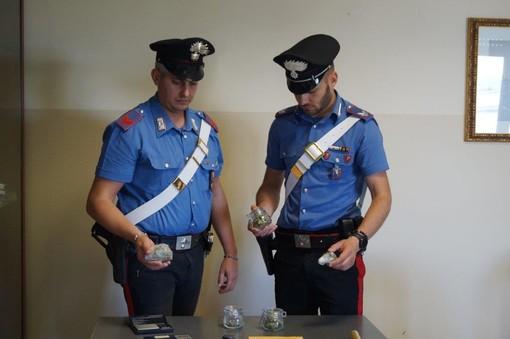 Savigliano, pizzicati in casa con 50 grammi di marijuana: arrestata una coppia di giovani