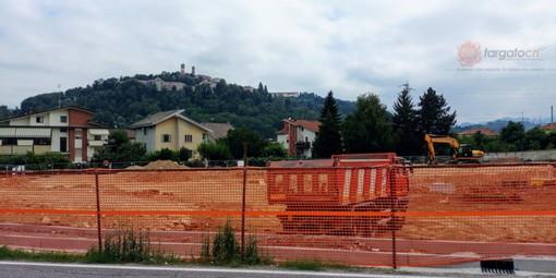 Il cantiere del nuovo supermercato in via Langhe (copyright Targatocn.it)