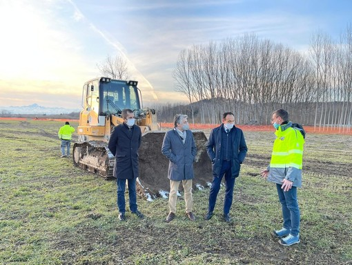 Marco Gabusi, Carlo Bo e Alberto Cirio con il direttore dei lavori sul cantiere del lotto 2.6b dell'autostrada Asti-Cuneo