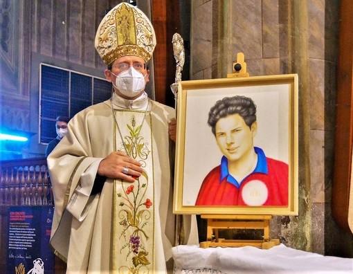 Monsignor Cristiano Bodo con il ritratto di beato Carlo Acutis - PH MAURO PIOVANO