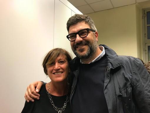 Mauro Calderoni abbracciato alla moglie