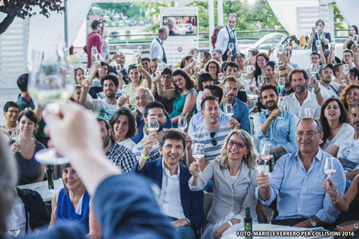 "Brindisi al palco ""Wine and Food"" di Collisioni (immagine d'archivio)"