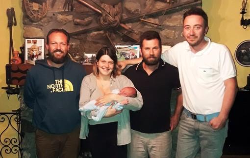 Sebastiano Cerrina in braccio a mamma Giada, insieme a papà Andrea, al sindaco Fabrizio Re ed all'assessore Umberto Benna