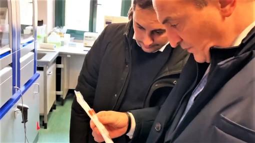 Il governatore Alberto Cirio con in mano uno dei tamponi necessari per appurare la positività al Coronavirus