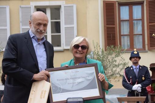 Carlin Petrini premia Bruna  Sibille per i suoi anni di impegno al fianco della manifestazione (foto di Enrico Ruggeri)