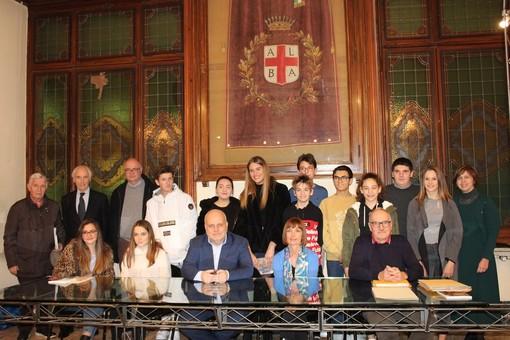 La classe della Scuola Media Vida autrice del volume posa in municipio col sindaco Marello