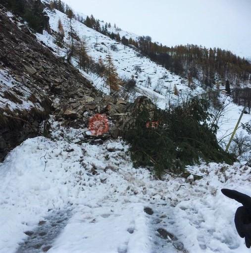 La frana che blocca la strada provinciale 243