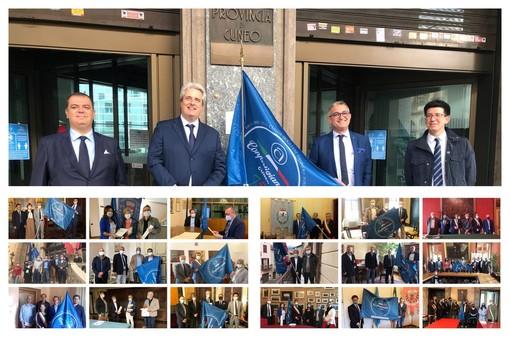 Le immagini delle consegne della bandiera ai 18 sindaci e al presidente della Provincia Borgna