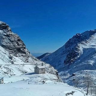 La chiesetta del Pian del Re sotto la neve, nella foto del guardiaparco Daniele Garabello
