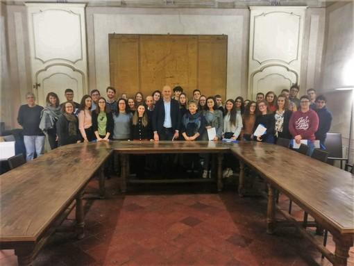 Foto di gruppo per Amministratori e 18enni di Cherasco
