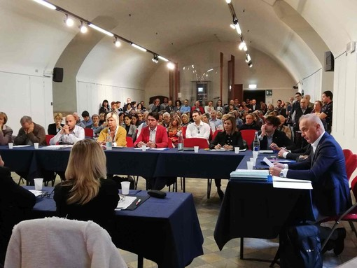Fossano: consiglio comunale infuocato su biblioteca, sanità e centro storico