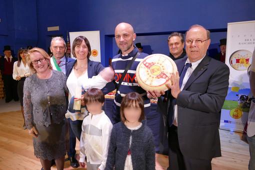 I Consorzi del Bra e del Raschera premiano a Scarnafigi i nati del 2019