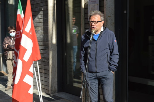 Davide Masera davanti all'entrata della Cgil Cuneo