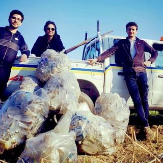 Gli Amministratori al lavoro lungo il rio Lessia e i rifiuti rimossi lungo il fiume Po