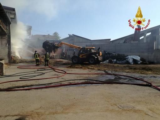 La cascina in fiamme a Centallo