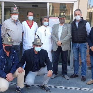 I militari del Comitato Artiglieri Aosta consegnano l'importo della raccolta fondi in ricordo di Manuela Bertolini, all'Officina delle Idee per l'Ospedale di Saluzzo