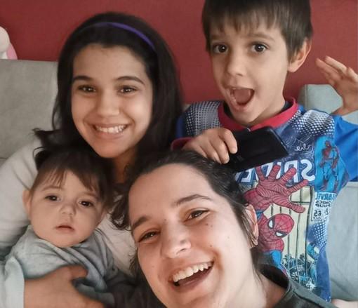 Chloe con la mamma e i fratelli