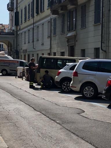Cuneo: vigili del fuoco in via Mazzini per un cane abbandonato in un furgone sotto il sole