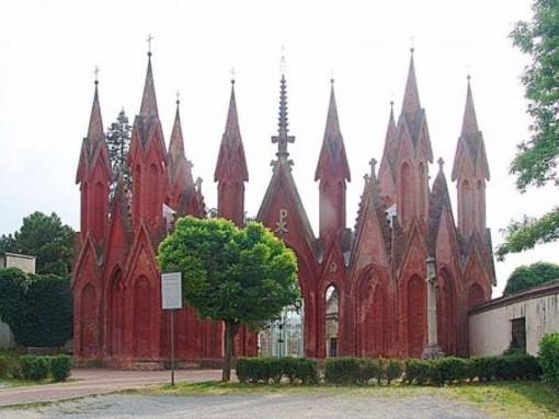 L'ingresso al Cimitero comunale di Dogliani (1855-1867), tra le più significative rivisitazioni del gotico prodotte da Schellino