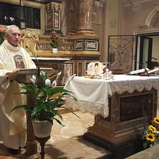 Don Sebastiano Bergerone celebra la Messa nella chiesa delle Clarisse di Bra