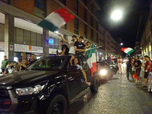 Caroselli e clacson in strada, a Bra è una notte di festa per gli azzurri (Foto)