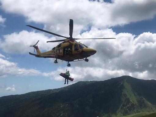 Cade lungo la Via del Sale, motociclista trasportato in elisoccorso a Cuneo
