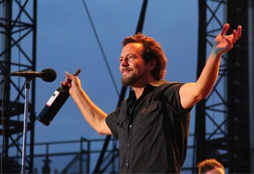 Eddie Vedder, stasera sul palco di piazza Colbert a Barolo (foto Fb Collisioni)