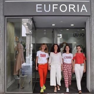 In foto: Paola Allasia Irma Pairotto Francesca Mottura, Lucia Massimino, davanti al negozio di via Silvio Pellico 21
