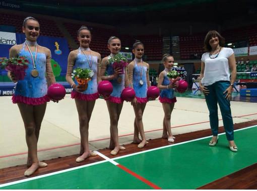 Elena Sciandra con alcune giovanissimi ginnaste