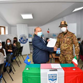 Kosovo: il Regional Command West, su base 1' Rgt. Artiglieria Terrestre, dona 22 computer agli studenti