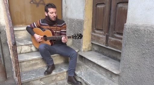 """Francesco Riotta interpreta """"La macchina della paura"""" sulle scale di casa Rolfi"""