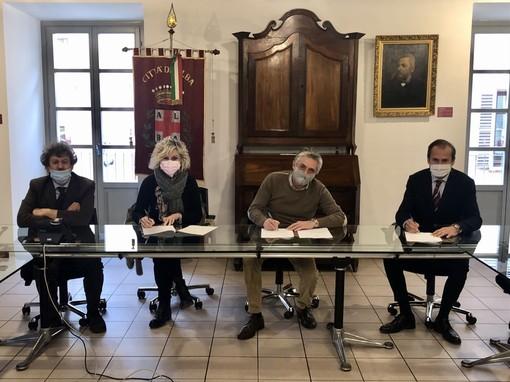 La firma dell'accordo in Comune ad Alba
