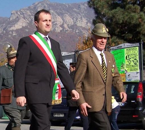 Fringuello insieme all'allora sindaco di Sanfront Silvio Ferrato