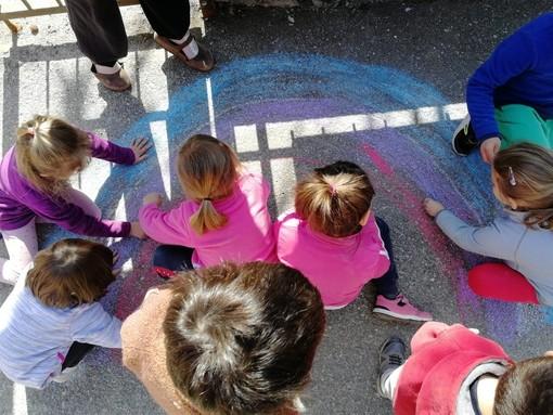 """Cuneo: i bimbi del """"Fillia"""" colorano l'asfalto per celebrare il ritorno della scuola in presenza (GALLERY)"""