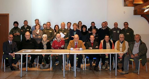 Foto storica con tutti i Presidenti e direttori del vecchio Ente di gestione del Parco del Marguareis prima della fusione con le Alpi Marittime