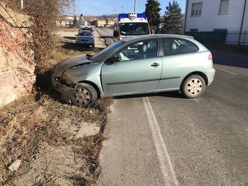 L'auto incidentata all'ingresso di Farigliano