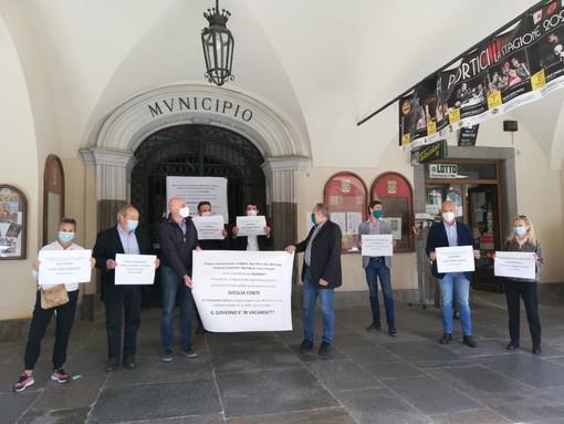 """Fossano, nel giorno della riapertura un cartello polemico sul portone del comune: """"Basta parole, dal governo ci vogliono fatti concreti"""""""